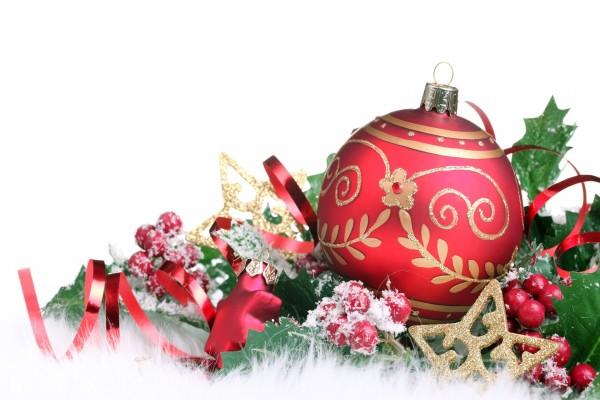 Gran bola roja y otro adornos de Navidad