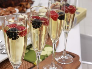 Postal: Copas de champán con frutos rojos