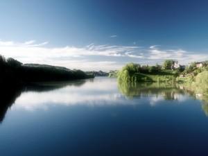 Pueblo junto a un río