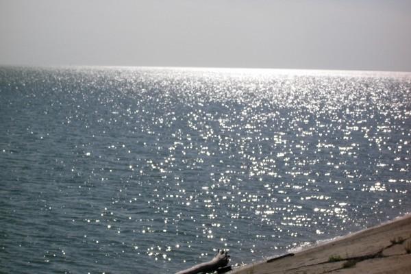 El brillo del sol sobre el agua