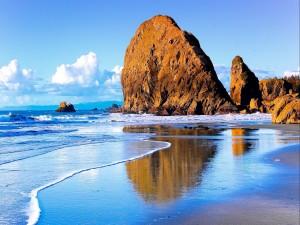 Grandes rocas en una hermosa playa