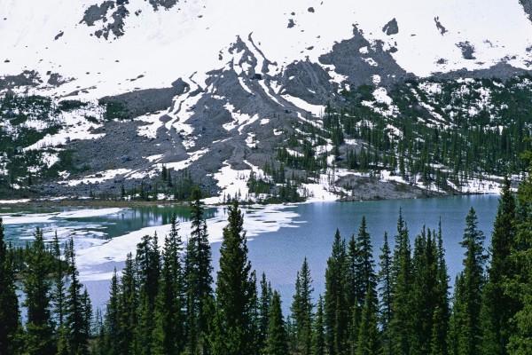 Nieve en el río y la montaña