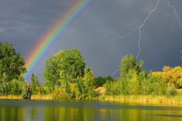 Rayos y arcoíris en el cielo