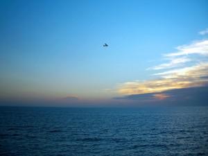 Avioneta sobrevolando el mar