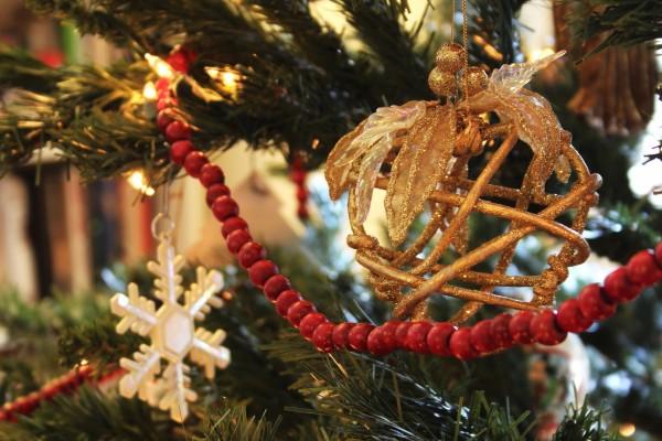 Bonitos adornos en el árbol de Navidad