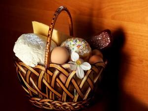 Cesta con huevos y otros alimentos