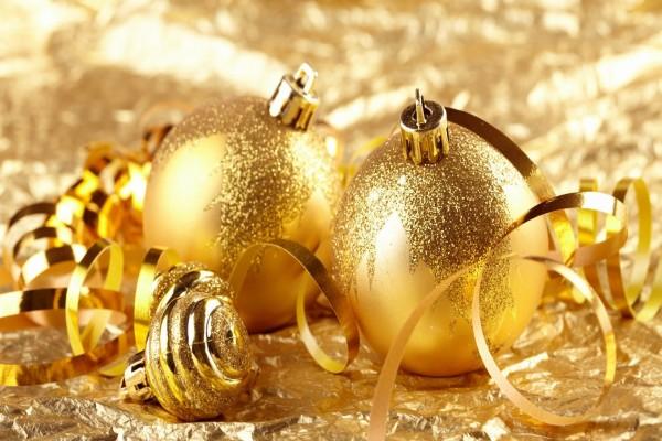 Bolas y cintas doradas para Navidad