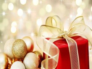 Postal: Bolas y moño dorado en una caja de regalo para Navidad