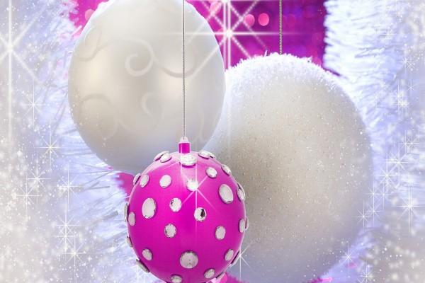 Bolas blancas y fucsia para adornar en Navidad