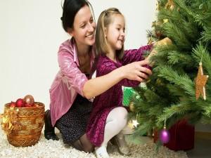 Mamá e hija armando el árbol de Navidad