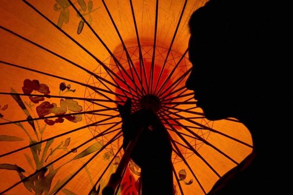 Mujer con un parasol oriental