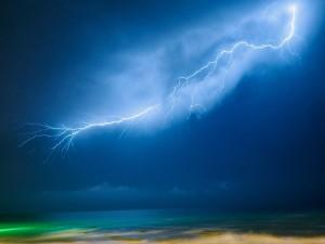 Impresionante rayo sobre las aguas del mar