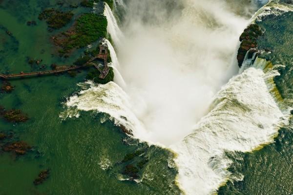 Vista aérea de las Cataratas del Iguazú (frontera entre Brasil y Argentina)