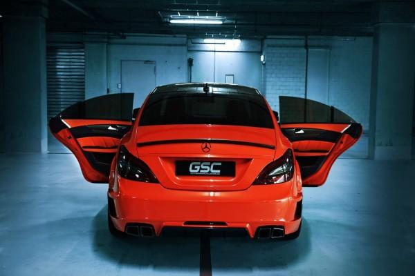 Un Mercedes rojo