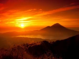 Postal: Un bonito atardecer sobre las montañas