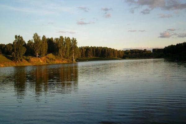 Un ancho río