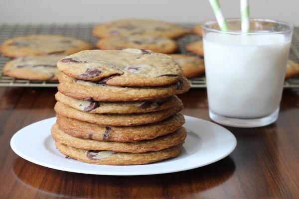 Cookies con chocolate y un vaso de leche