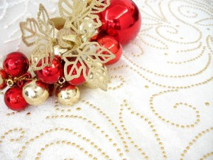 Postal: Adornos de Navidad rojos y dorados