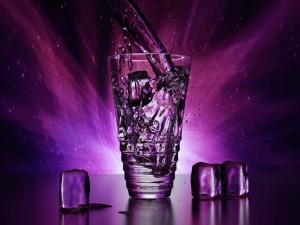 Postal: Vaso de agua con hielo en un fondo púrpura