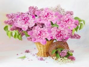 Cesta de mimbre con flores rosas