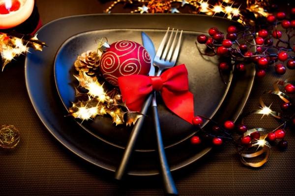 Un bello plato adornado para Navidad