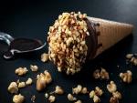 Cono con helado, chocolate y nueces