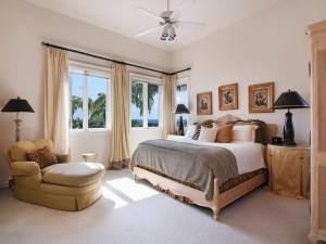 Delicado y bello dormitorio con ventanas al exterior