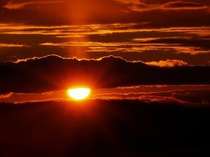 Postal: Sol entre nubes