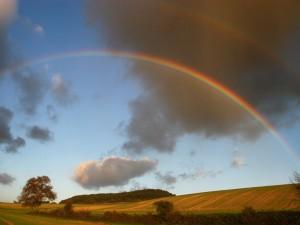 Postal: Un gran arcoíris en el cielo