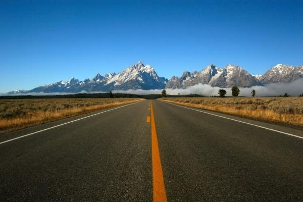 Una carretera hacia las montañas