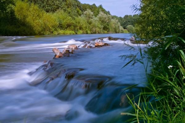 Un río rodeado de naturaleza