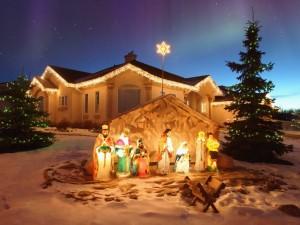 Pesebre de Navidad al aire libre frente a una bella casa