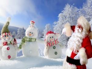 Santa Claus y muñecos de nieve