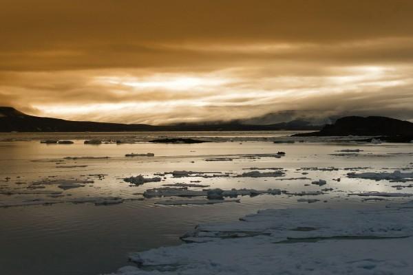 Fragmentos de hielo y nieve sobre el agua