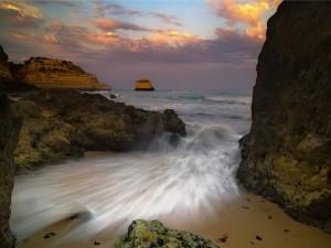 Postal: Agua de mar entre las rocas de la costa