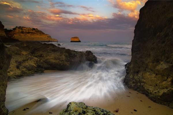 Agua de mar entre las rocas de la costa