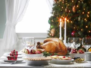 Comida sobre la mesa para celebrar la Navidad