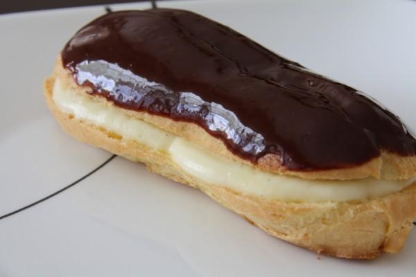 Un bollo relleno de crema y cubierto de chocolate