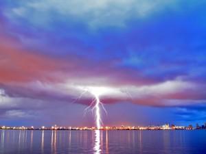 Postal: Rayos entre las nubes