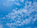 Pequeñas nubes en un cielo azul
