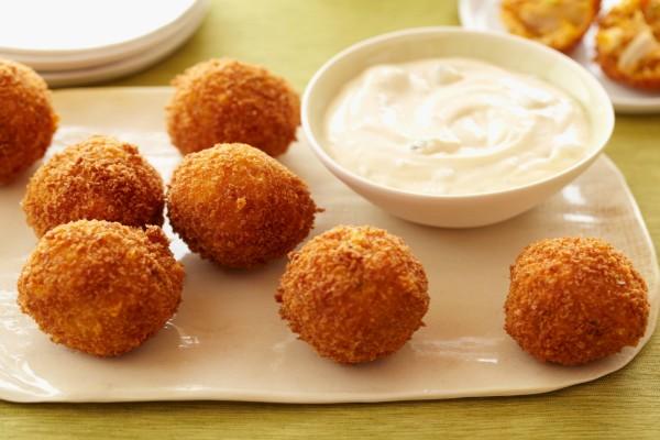 Bolas de pollo con una salsa para picar