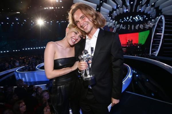 Miley Cyrus y Jesse Helt en los MTV