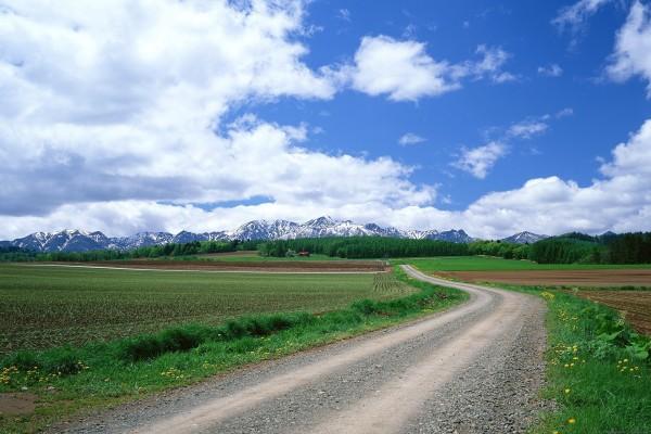 Vista de grandes montañas desde el camino