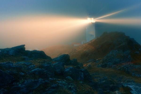 La potente luz de un faro iluminando el paisaje