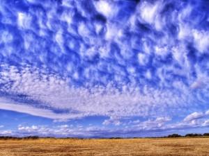 Bonitas nubes en un cielo azul