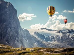 Globos volando sobre las montañas