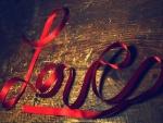 Cinta roja formando la palabra: Love (amor)