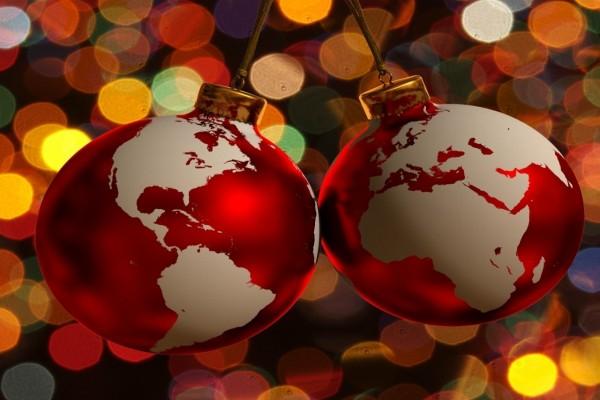 Esferas de Navidad con el mapa del planeta