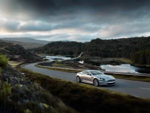 Aston Martin DBS circulando por un bello paisaje