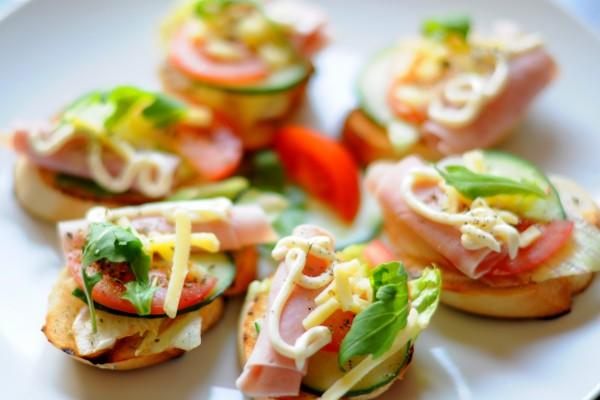 Ricos canapés con jamón y vegetales